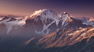 Plakat Wysokie góry w czasie porannej. Piękny krajobraz naturalny.