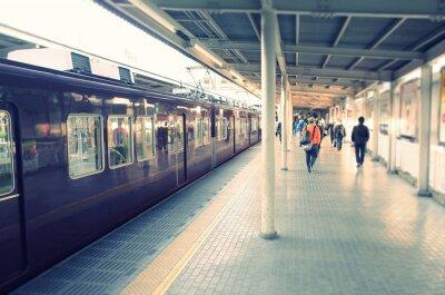 Plakat 駅 の ホ ー ム と 通勤 す る ビ ジ ネ ス マ ン