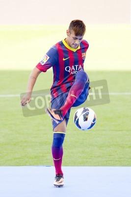 Plakat Neymar Junior, nowy gracz FC Barcelona, stwarza dla fotografów podczas oficjalnej prezentacji na stadionie Camp Nou w dniu 03 czerwca 2013 w Barcelonie, Hiszpania
