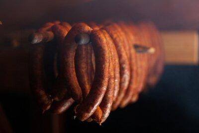 Plakat Tradycyjnej żywności. Wędzone sausuages w wędzarni.