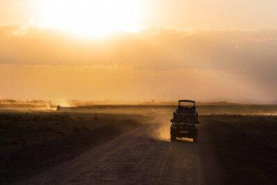 Plakat Zachód słońca na afrykańskiej sawannie, sylwetki safari samochód i zwierząt, Afryki, Kenii, Park Narodowy Amboseli