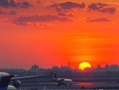Plakat Zachód słońca na lotnisku z samolotów gotowy do startu