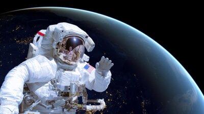 Plakat Zamknąć astronautów w przestrzeni kosmicznej, ziemi w nocy w tle. Elementy tego zdjęcia dostarczone przez NASA są