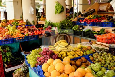 Plakat Zamyka up różne egzotyczne owoc przy czarodziejką przy Ibiza wyspą. Banany, mandarynki, dynia, winogrona i brzoskwinia. Eco i surowy produkt dla vega.