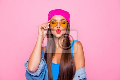 Plakat Zamyka w górę fotografia portret winsome dosyć śliczny uroczy słodki uradowany ładny damy dosłanie całuje ciebie jest ubranym pomarańczowych przejrzystych szkła zamykających oczy odizolowywał pastelow