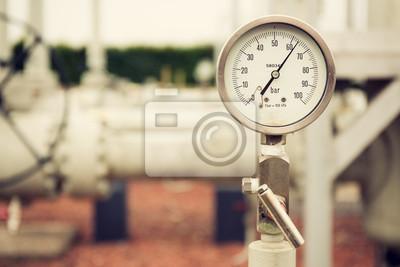 Plakat Zbliżenie manometr wysokiego ciśnienia, pomiar ciśnienia gazu ziemnego. Rury i zawory w tle. selektywne fokus