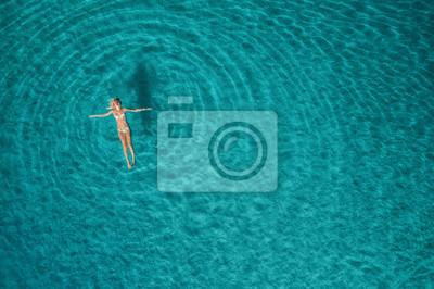 Plakat Zdj? Cie lotnicze kobieta w Blue Lagoon. Morze Śródziemne w Oludeniz, Turcja. Lato seascape z dziewczyn?, Wyczy ?? azure wody, fale ws? O? Cu. Przezroczysta woda. Widok z lotu ptaka na lotnisku