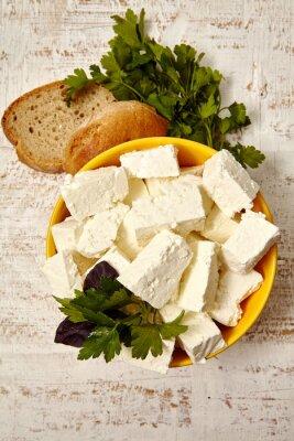 Plakat zdrowe jedzenie. twaróg i chleb na białym tle drewnianych