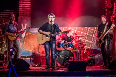 Plakat Zespół wykonuje na scenie