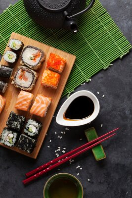 Plakat Zestaw sushi i rolki maki i zielonej herbaty