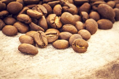 Plakat Ziarna kawy na drewnianym tle