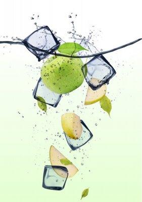 Plakat Zielone plasterki jabłka z kostkami lodu