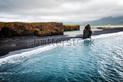 Plakat Zobacz na plaży Kirkjujfjara i klif Arnardrangur. Lokacja Myrdal dolina, Atlantycki ocean blisko Vik wioski, Islandia, Europa. Sceniczny wizerunek zadziwiający natura krajobraz. Odkryj piękno ziemi.