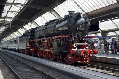 Plakat Zurych, Szwajcaria - 4 czerwca 2011: pociąg z lokomotywą odnowiony Pacific 01 202 parowej jest gotowy do odejścia od głównego dworca kolejowego w Zurychu (Hauptbahnhof).