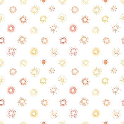 Tapeta Bezszwowy wzór z żółtym i pomarańczowym doodle słońcem na białym tle. Może być stosowany do tapet, wypełnień deseniem, tekstyliów, tła strony internetowej, tekstur powierzchni.