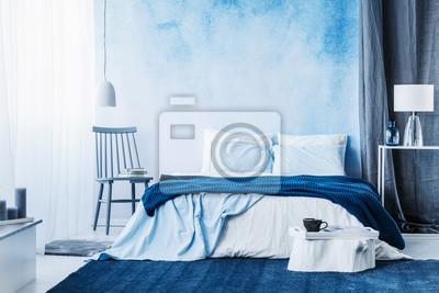 Tapeta Granatowy Dywan W Minimalistycznym Wnętrzu Sypialni Z Kocem Na