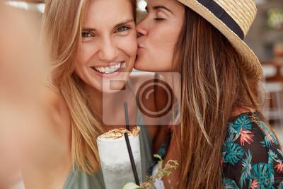 gorące lesbijki całują
